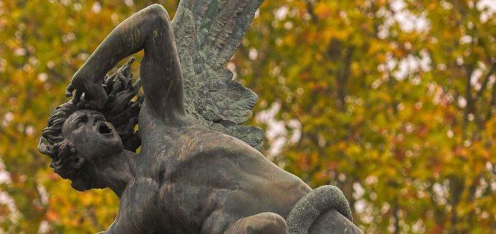 Estatua del angel caido parque del retiro madrid