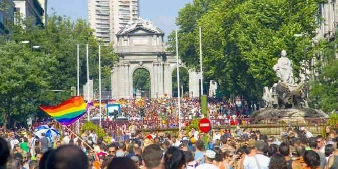 Orgullo madrid celebración en Puerta del Alcalá
