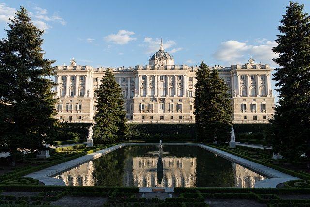 Jardines_de_Sabatini,_Palacio_Real - estatuas reyes en plaza de oriente